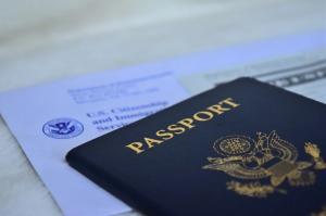 又搞小动作?美国撤销了1000多名中国公民学生签证!